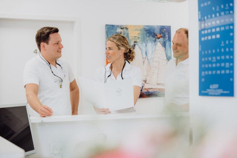 Arztteam der Zahnarztpraxis Berthold am Empfang