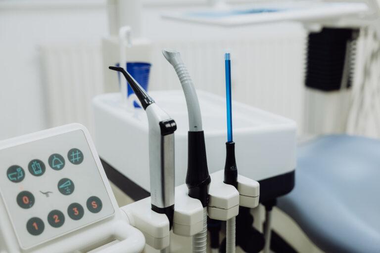 Zahnarztinstrumente am Behandlungsstuhl
